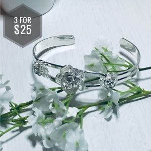 Jewelry - 🌼3 for $25🌼 Silver flower bracelet